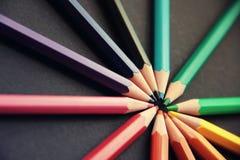Bleistifte von verschiedenen Farben schließen oben Lizenzfreie Stockfotos