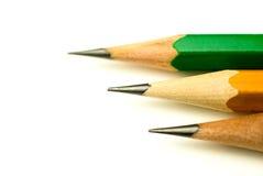 Bleistifte von verschiedenen Farben sind auf Weiß Lizenzfreie Stockbilder