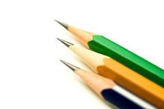 Bleistifte von verschiedenen Farben sind auf Weiß Stockfotografie