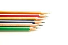 Bleistifte von verschiedenen Farben sind auf Weiß Stockbilder