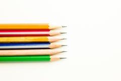 Bleistifte von verschiedenen Farben sind auf Weiß Lizenzfreie Stockfotos
