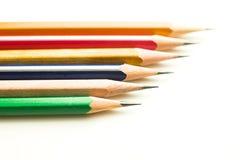 Bleistifte von verschiedenen Farben sind auf Weiß Stockfotos