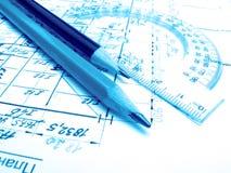 Bleistifte, Winkelmesser und Zeichnungen Lizenzfreie Stockfotografie