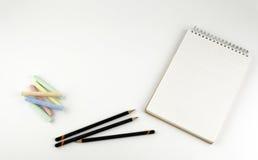 Bleistifte, Zeichenstifte, Notizblock - freier Raum für Text Stockfotos