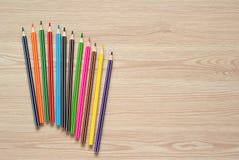 Bleistifte, Zeichenstifte und Notizbuch auf einem Schreibtisch Lizenzfreie Stockbilder