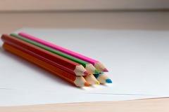Bleistifte, zum des Lügens auf einem leeren Blatt Papier zu zeichnen Lizenzfreie Stockfotos