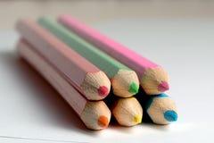 Bleistifte, zum des Lügens auf einem leeren Blatt Papier zu zeichnen Stockfotos