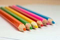 Bleistifte, zum des Lügens auf einem leeren Blatt Papier zu zeichnen Lizenzfreies Stockbild