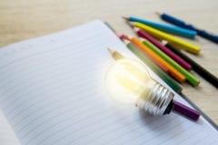 Bleistiftfarbe, Zeichenstift auf Notizbuch Lizenzfreies Stockfoto