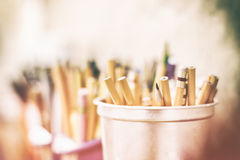 Bleistiftfarben und -markierungen auf einem unscharfen Hintergrund Stockfoto