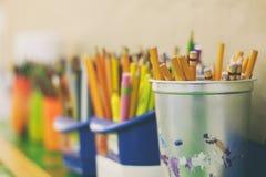 Bleistiftfarben und -markierungen auf einem unscharfen Hintergrund Stockbild