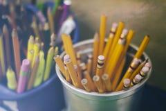 Bleistiftfarben und -markierungen auf einem unscharfen Hintergrund Stockfotografie