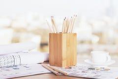 Bleistifthalter und -kaffee Stockfotografie