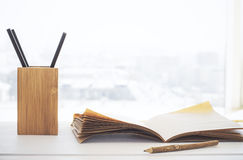 Bleistifthalter und -Schreibheft Stockfoto