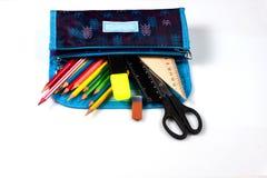 Bleistiftkasten auf einem weißen Hintergrund Bleistifte im Bleistiftkasten Machthaber und Scheren Der Kompaß und der Winkelmesser stockfoto