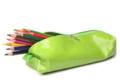 Bleistiftkasten mit farbigen Bleistiften Stockfotos
