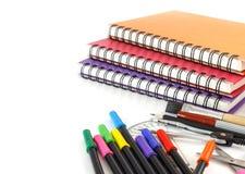 Bleistiftkasten platziert auf Stapel des Anmerkungs-Buches Stockfotografie