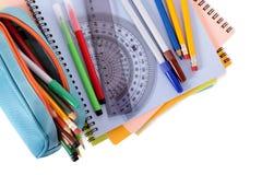 Bleistiftkasten, Schulausrüstung, Bücher, lokalisiert auf weißem Hintergrund Stockbild