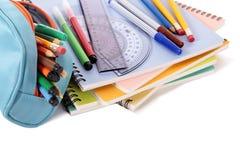 Bleistiftkasten, Schulbücher, Stifte und Versorgungen lokalisiert auf weißem Hintergrund Stockbilder