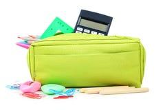 Bleistiftkasten voll des Schulbedarfs lokalisiert auf Weiß Lizenzfreie Stockfotos