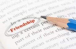 Bleistiftkreishöhepunkt auf Freundschaftswort Stockfoto