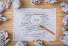 Bleistiftlöschen und Hand gezeichnete Glühlampe Stockfotos