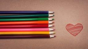 Bleistiftlüge auf einer Pappoberfläche Stockbilder