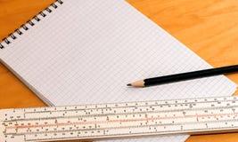 Bleistiftmachthaber und -notizbuch Lizenzfreie Stockfotos