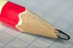 Bleistiftnahaufnahme auf einem Blatt Papier Lizenzfreie Stockfotografie