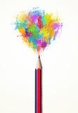 Bleistiftnahaufnahme mit farbiger Farbe spritzt Stockfoto