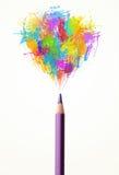 Bleistiftnahaufnahme mit farbiger Farbe spritzt Lizenzfreie Stockfotografie