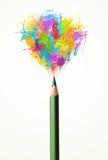 Bleistiftnahaufnahme mit farbiger Farbe spritzt Lizenzfreies Stockfoto