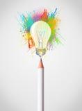 Bleistiftnahaufnahme mit farbiger Farbe spritzt und Glühlampe Stockfoto