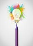 Bleistiftnahaufnahme mit farbiger Farbe spritzt und Glühlampe Stockbild