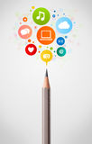 Bleistiftnahaufnahme mit Ikonen des Sozialen Netzes Stockfotos