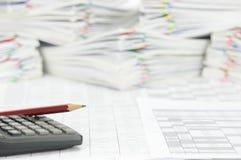 Bleistiftplatz auf Taschenrechner mit Finanzkonto Lizenzfreie Stockbilder