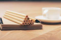 Bleistiftpyramide und -kaffee Stockfotos
