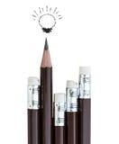 Bleistiftradiergummi, der heraus von der Reihe von Bleistiften steht Stockfotografie