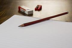 Bleistiftradiergummi und -papier Stockbild