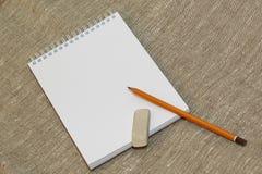Bleistiftradiergummi und säubern das Notizbuch Stockfotos