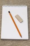 Bleistiftradiergummi und säubern das Notizbuch Stockfotografie