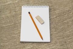 Bleistiftradiergummi und säubern das Notizbuch Lizenzfreie Stockfotos