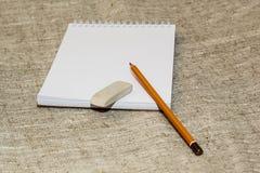 Bleistiftradiergummi und säubern das Notizbuch Lizenzfreie Stockfotografie