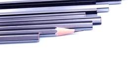 Bleistiftreihe auf lokalisiertem weißem Hintergrund Stockfotografie