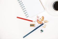 Bleistiftsägemehl, -kaffee und -notizblock Stockfotografie