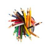 Bleistiftschale mit Zeichenstiften auf Weiß Stockbild