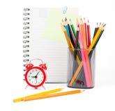 Bleistiftschale mit Zeichenstiften und Kopienbuch Lizenzfreie Stockfotografie