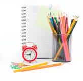 Bleistiftschale mit Zeichenstiften und Notizbuch Lizenzfreie Stockfotografie