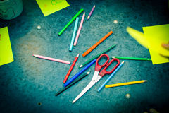 Bleistiftscherenpapier auf dem Tisch Getontes Blau Stockfotos