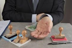Bleistiftschieber, der um ein Bestechungsgeld in den Euros oder in den Dollar bittet Stockbild